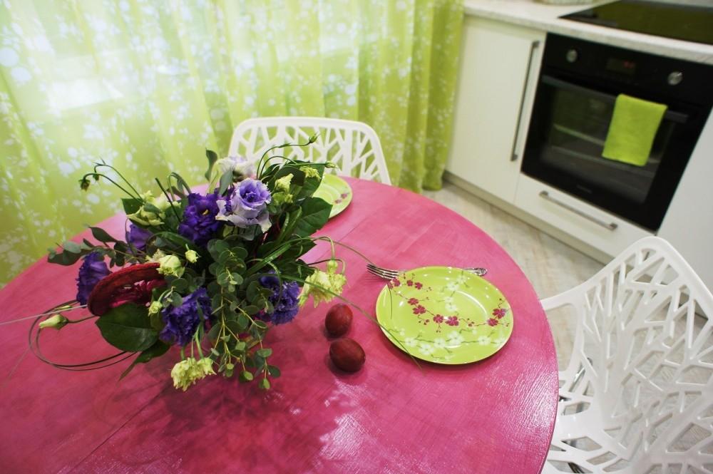 Розовый стол на кухне