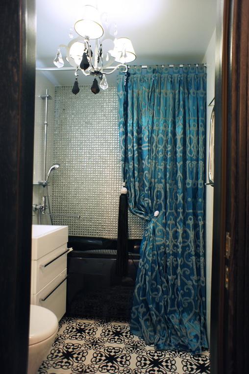 Интерьер ванной в Хабаровске. Мозаика над ванной на стене. Красивая шторка для ванной