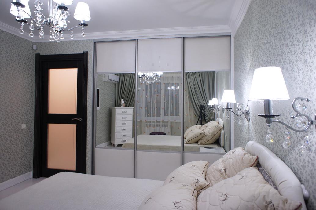 Спальная комната. Вид на вместительный шкаф.