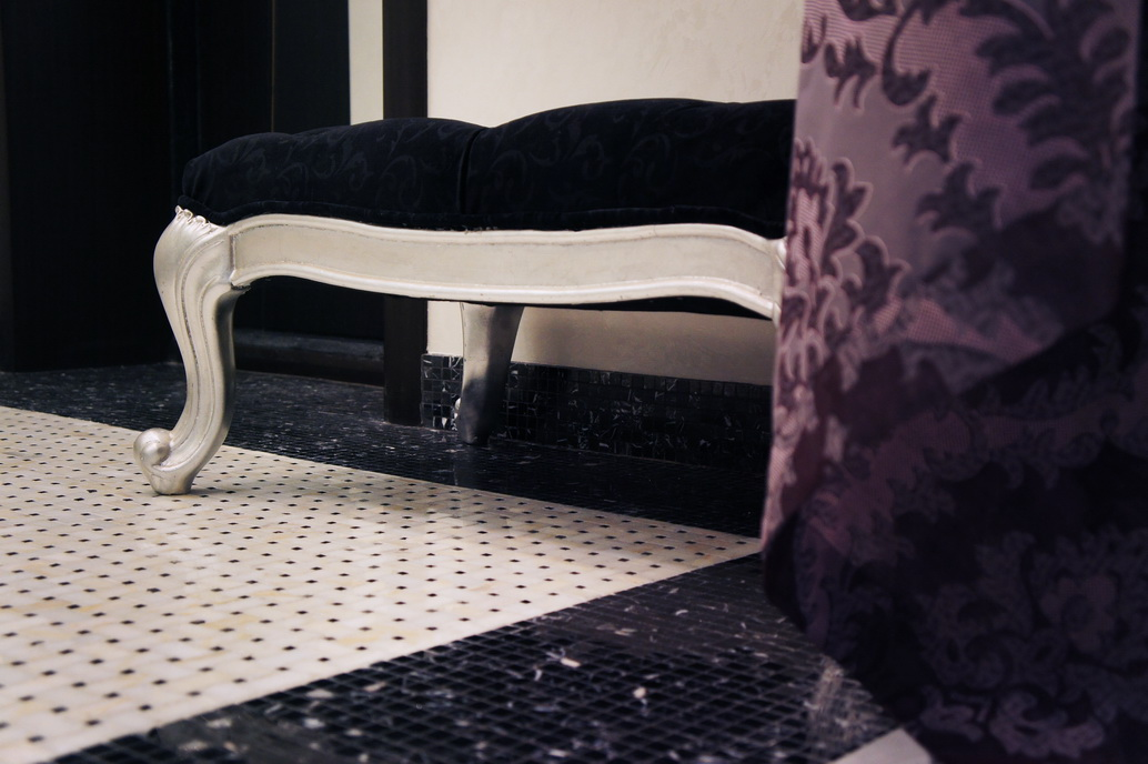 Дизайн прихожей в Хабаровске. Мраморный пол. Красивая банкетка