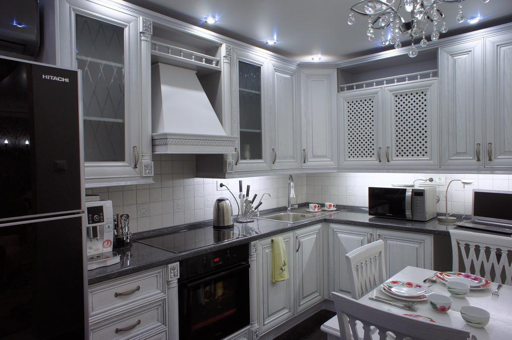 Интерьер кухни. Белая кухня из дерева. столешница пластик