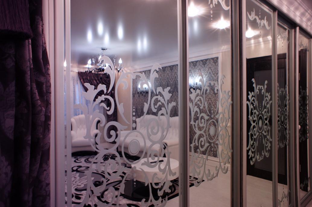 Дизайн шкафа-купе с красивым орнаментом в интерьере квартиры