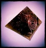 Piramide de cuarzo transparente, turmalina negra y cobre color ambar