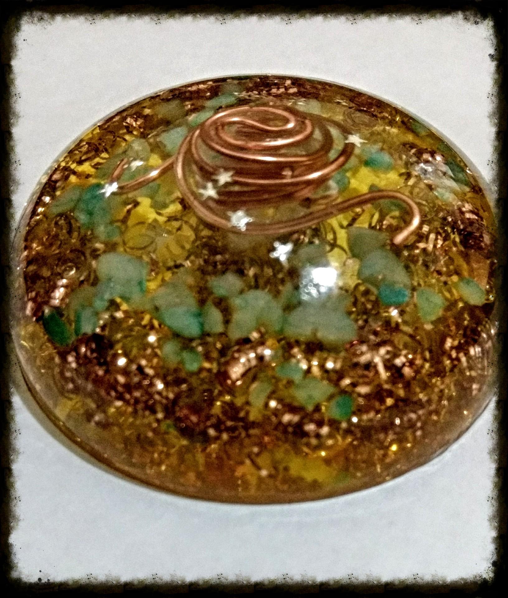 1/2 Esfera de Orgonita, cobre, cuarzo cristal, turquesa verde y cobre