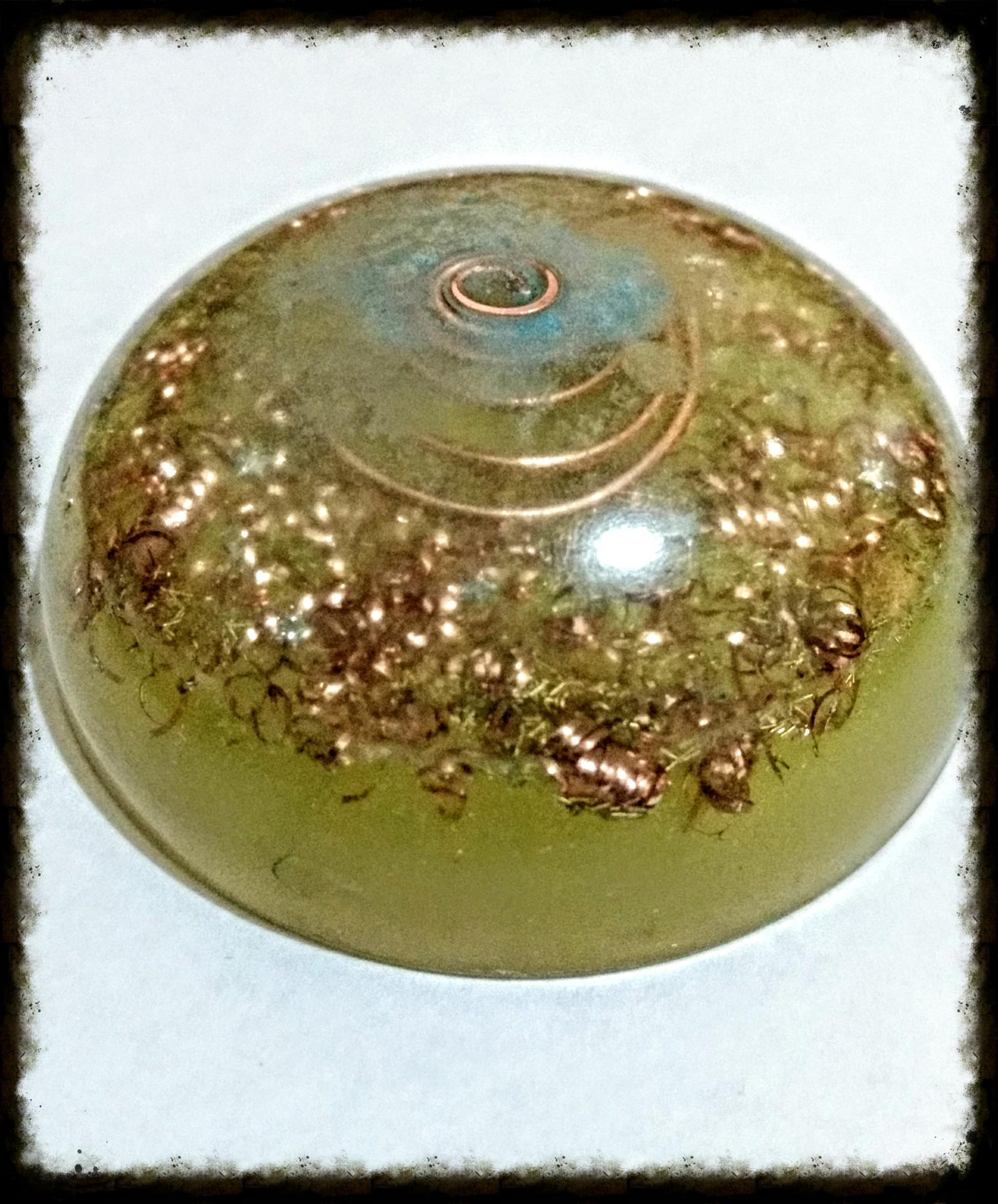 1/2 Esfera de Orgonita luminica, cobre, cuarzo cristal, y cobre