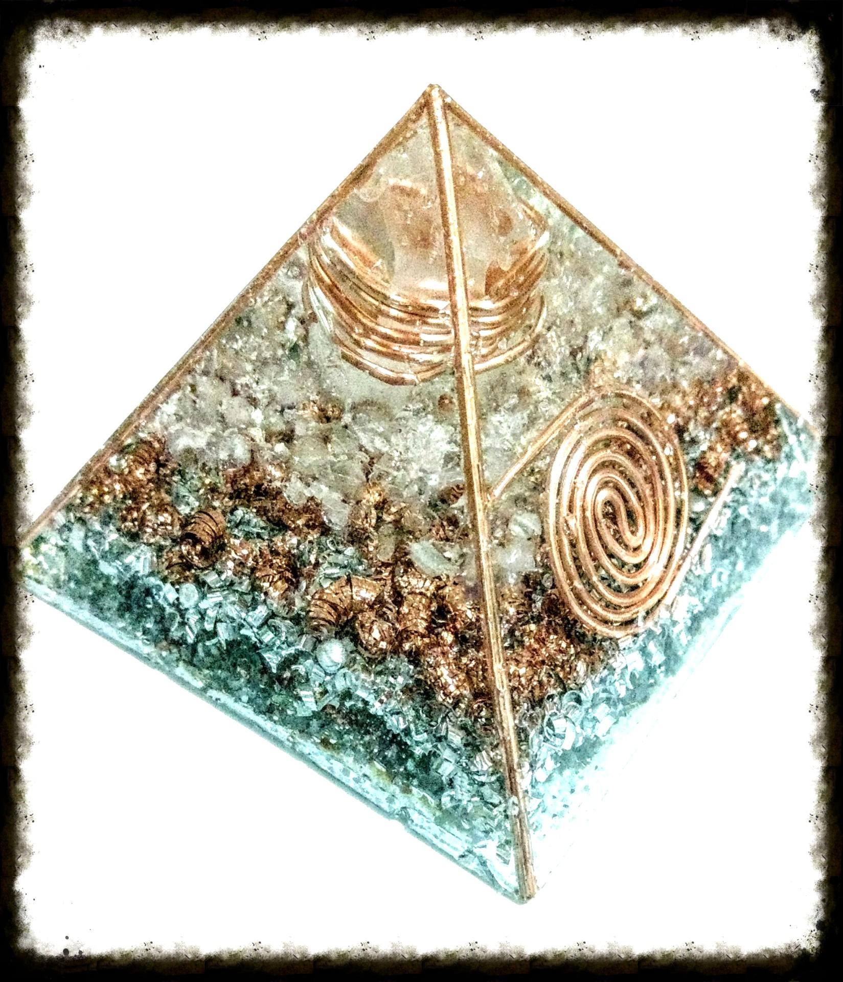 Piramide de cuarzo cristal, cobre, cuarzo rosado, cobre y aluminio